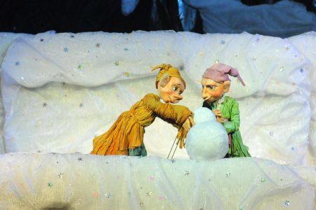 ПАДАЛ РАЗНОЦВЕТНЫЙ СНЕГ. Омский театр куклы, актера, маски Арлекин
