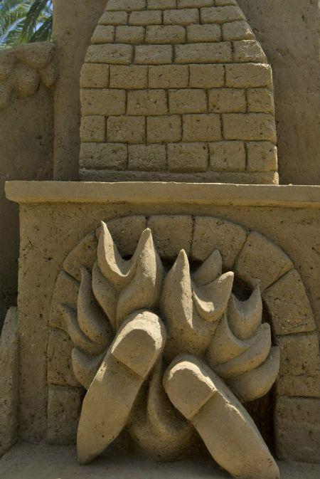 """Второй раз в музее Эрец-Исраэль в Тель-Авиве проводится летний фестиваль песчаной скульптуры """"Сказки из песка"""", в течение которого буквально на наших глазах возводят десятки огромных до 4 метров высотой песчаных скульптур - образы из классических детских"""
