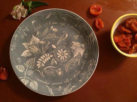 Роспись тарелки. Музей Моды