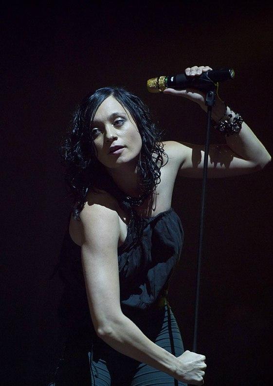 Сильная, красивая, яркая, драйвовая, динамичная, словно её музыка. В то же время, чувственная, нежная и чувствительная.