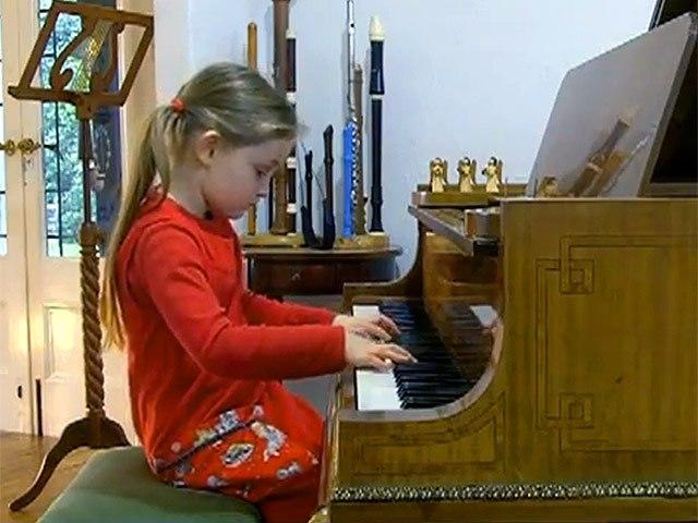 альме Дойчер віртуозно грає на скрипці і фортепіано