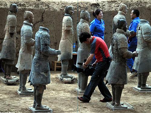 Китайские археологи обнаружили более ста терракотовых статуй воинов