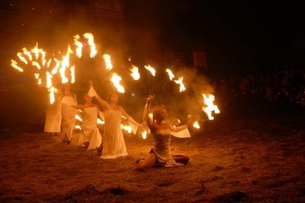 Вогняне шоу і мавки на етнофестивалі «Підкамінь-2013»