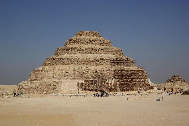 руйнування найдавнішої в світі піраміди Джосера в Саккарі.