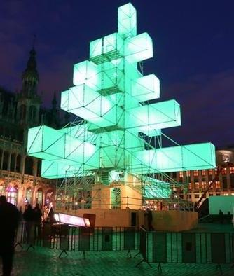 Авангардная рождественская ёлка на центральной площади Брюсселя