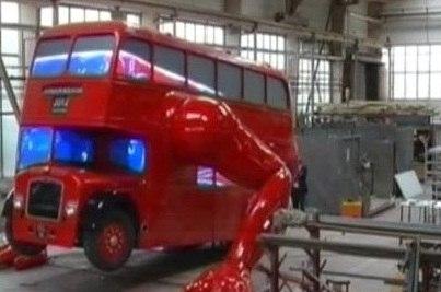 Давид Черный сумел создать двухэтажный автобус, который умеет  отжиматься