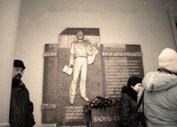 Сьогодні з нагоди 75-річчя з дня народження Героя України Василя Стуса в Донецьку урочисто поклали квіти до меморіалу поета