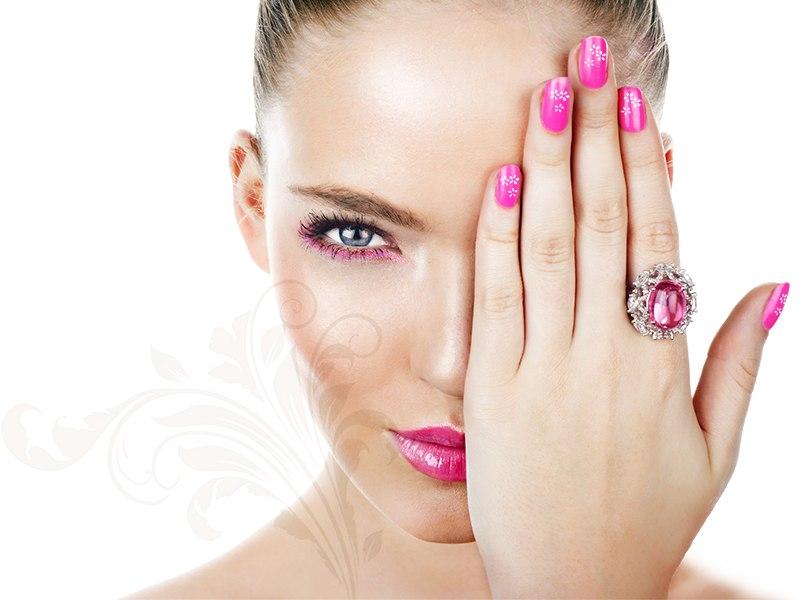 девушка с красивыми ногтями