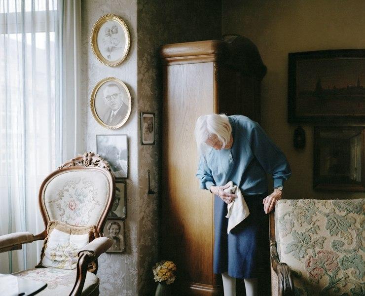 Серия фотографий. Фото пожилой женщины