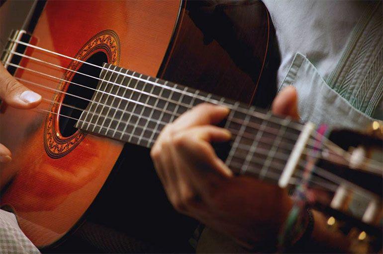 как правильно держать гитару