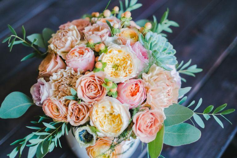 какие цветы для знакомой девушки