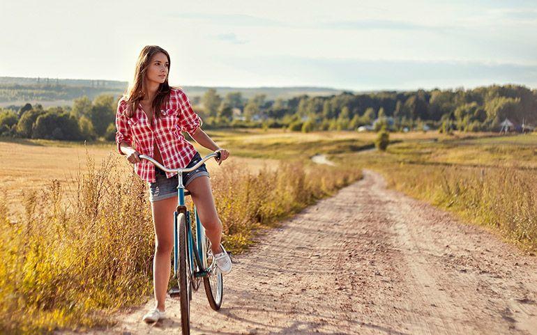 велосипед уход. Девушка с велосипедом