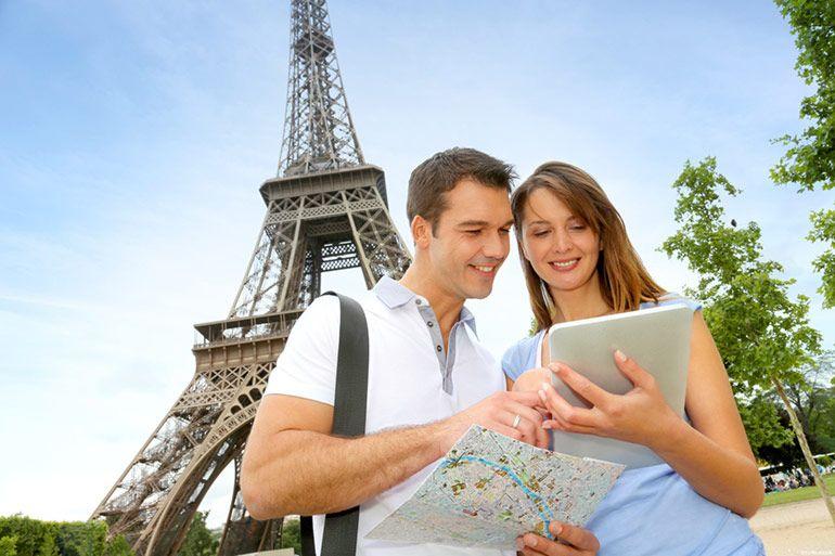 Туристы с картой. Париж. Парень с девушкой