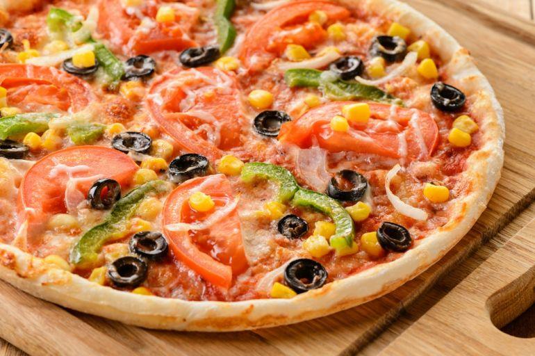 Пицца с оливками и моцареллой