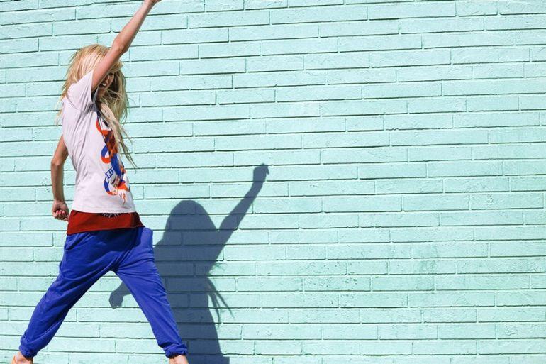 Одежда спортивный стиь. Девушка у стены