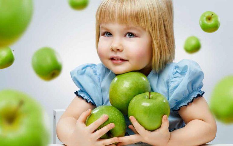 Девочка с яблоками. Девочка фрукты