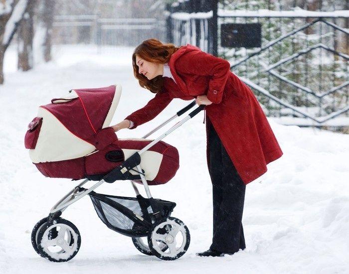 Девушка с коляской. Зима. Красная коляска