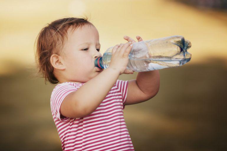 Вода. Содержание минералов. Ребёнок пьёт воду