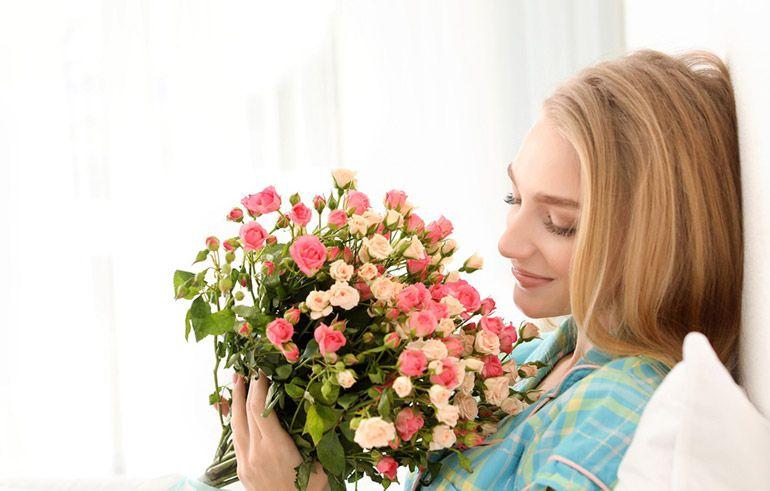 Девушка с букетом цветов. Подарок женщине